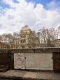 在河台伯河的河岸的主要犹太教堂在罗马意大利 库存图片