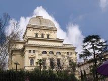 在河台伯河的河岸的主要犹太教堂在罗马意大利 免版税库存图片