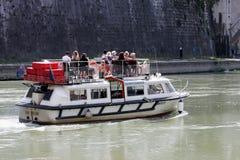 在河台伯河(罗马-意大利)的游船 免版税库存照片