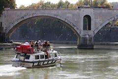 在河台伯河(罗马-意大利)的游船 库存图片