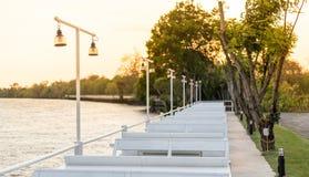 在河和光太阳的灯继续停放观点 免版税图库摄影