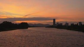 在河和城市的惊人的日落 股票录像