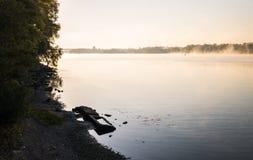 在河和秋天雾的日出 库存照片