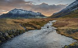 在河和Snaefellsjokull火山的冰岛日落 库存图片