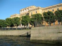 在河喷泉的堤防的绿色胡同 库存照片