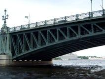 在河圣徒Peterburg的铁桥梁 库存照片