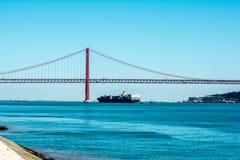 在河堤防的驳船 免版税库存照片