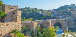 在河塔霍河的中世纪桥梁在托莱多 免版税图库摄影