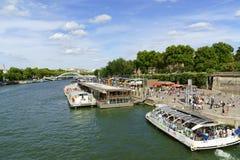在河塞纳河的旅游小船在巴黎,法国 库存照片