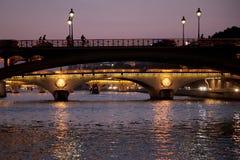 在河塞纳河的桥梁在巴黎在晚上 免版税库存照片