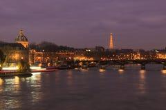 在河塞纳河的艾菲尔铁塔 库存图片