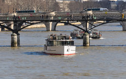 在河塞纳河的观光的小船在巴黎 库存照片