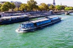 在河塞纳河的驳船在巴黎 免版税图库摄影