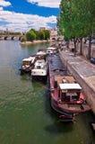 在河塞纳河的驳船 免版税库存图片