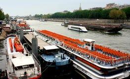 在河塞纳河2009年9月17日的游览小船在巴黎,法国。 库存照片