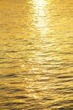 在河外面的太阳反射 库存图片