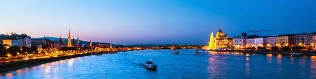 在河多瑙河的一个看法在布达佩斯,匈牙利,在一个温暖的夏夜 库存图片