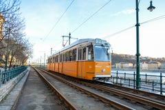 在河多瑙河的历史的电车在布达佩斯 免版税库存图片