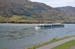 在河多瑙河的巡航小船 库存照片