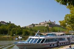 在河多瑙河的德国老镇wà ¼ rzburg 库存照片