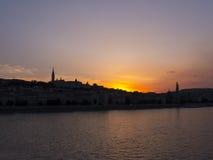 在河多瑙河的日落在布达佩斯匈牙利 免版税库存照片