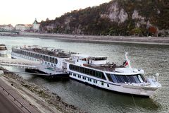 在河多瑙河的河船在布达佩斯 免版税图库摄影