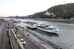 在河多瑙河的河船在布达佩斯 图库摄影