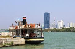 在河多瑙河的河船在维也纳,奥地利 免版税库存照片