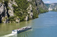 在河多瑙河的游轮在Djerdap峡谷在塞尔维亚 免版税库存照片