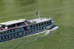 在河多瑙河的游轮在Djerdap峡谷在塞尔维亚 图库摄影