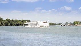 在河多瑙河的游轮 免版税库存图片