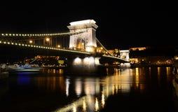 在河多瑙河的铁锁式桥梁在布达佩斯在夜之前,匈奴 免版税图库摄影