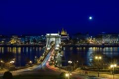 在河多瑙河的铁锁式桥梁在被月光照亮夜 库存照片