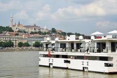 在河多瑙河,布达佩斯的旅游船 免版税图库摄影