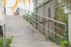 在河寺庙的桥梁在泰国 图库摄影