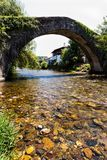 在河尼夫河的古老桥梁圣埃蒂安的de BaA gorryry, 免版税库存图片
