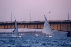 在河尼罗的风船和桥梁。 库存图片