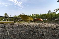 在河岸和多云天空搁浅的渔夫小船美好的海景风景 库存图片