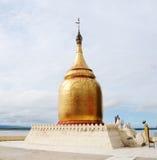 在河岸的一金黄stupa在Bagan,缅甸 库存图片