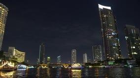 在河岸的办公楼在晚上 大都会的商业中心 股票录像