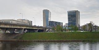 在河岸的办公楼 库存照片