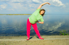 在河岸的妇女锻炼 库存图片