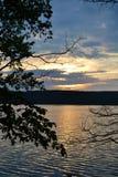 在河岸的日落 免版税库存照片