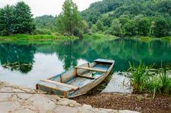 在河岸的木小船 库存图片