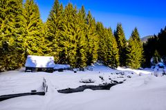 在河岸的木村庄在冬天 免版税库存照片