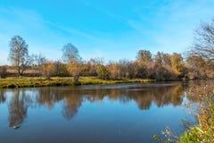 在河岸的秋天横向 库存图片