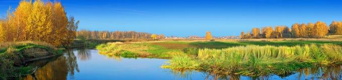在河岸的秋天 库存图片