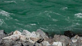 在河岸的绿松石水 免版税库存图片