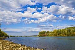 在河岸的美好的秋天风景。 免版税库存图片