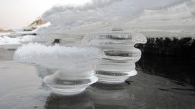 在河岸的美妙的冰柱 免版税库存图片
